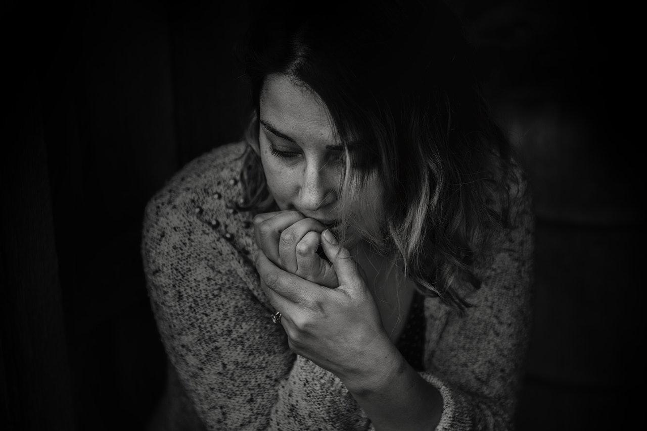 negative Glaubenssätze lassen uns zweifeln und traurig sitzen